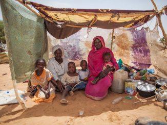 Ayuda-Humanitaria-familia-refugiada
