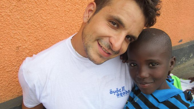 experiencias-jon-uganda-volunteers-cooperating