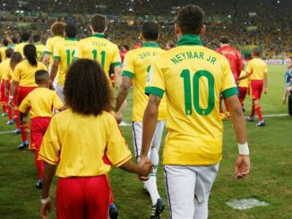 gesto-niños-mano-futbolista