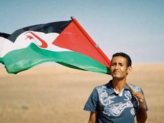 Saharaui con bandera. Sáhara Occidental.